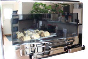 Tilannetta voi tarkkailla leivinuunin lasin läpi